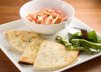 クアトロチーズのケサディア -自家製サルサソース-